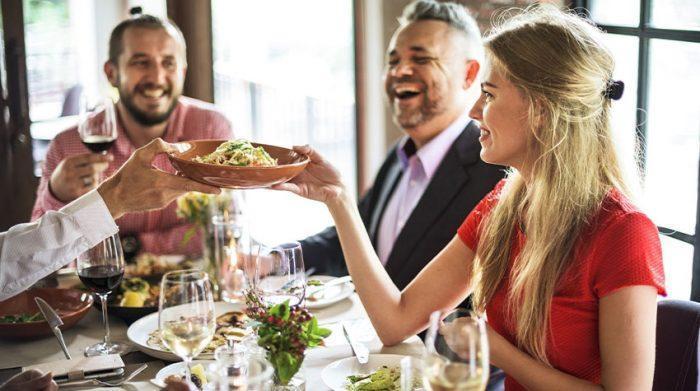 Lernt euch bei einem gemeinsam Essen etwas besser kennen. © Shutterstock, Rawpixel.com