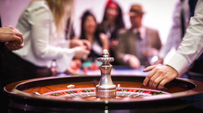 Wie wäre es einmal mit einem gemeinsamen Casinobesuch? © Shutterstock, Martin Hornan