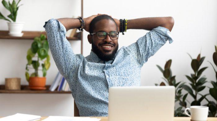 Damit du langfristig motiviert bleibst, kannst du dich regelmäßig belohnen. © Shutterstock, fizkes