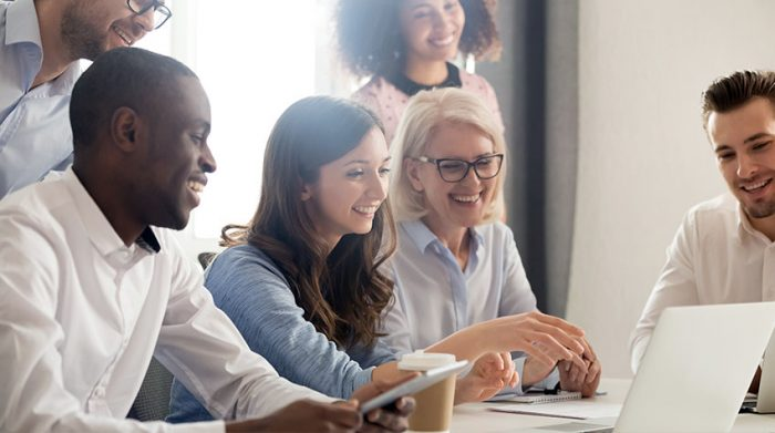 Wenn du Freude an deiner Arbeit hast, wirkt sich das positiv auf dein allgemeines Wohlbefinden aus. © Shutterstock, fizkes