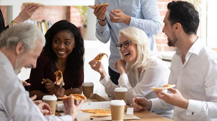 Es gibt viele Aktivitäten, die den Zusammenhalt im Team stärken. © Shutterstock, fizkes