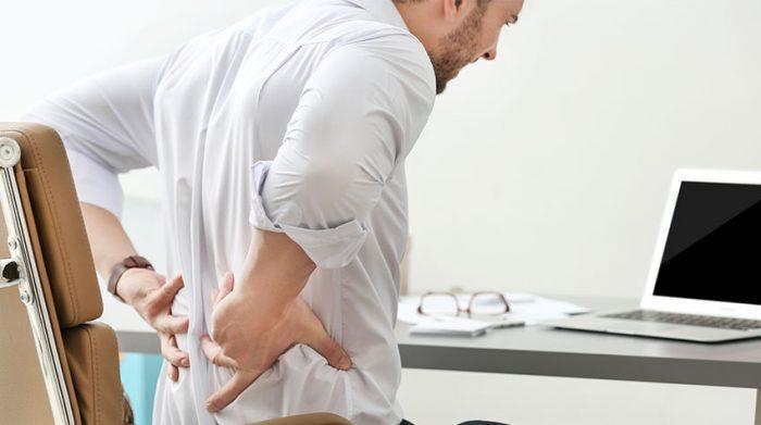 Heutzutage bewegen wir uns viel zu wenig. Die Folge: Rückenschmerzen. © Shutterstock, Africa Studio