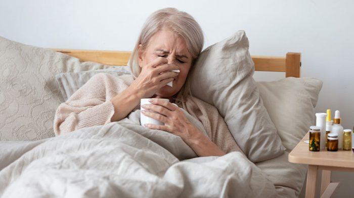 Fieber, Husten, Rückenschmerzen: All das gehört leider zu einer Grippe dazu. © Shutterstock, fizkes