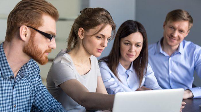 Das Zeitarbeitsmodell kann ein guter erster Einstieg nach dem Studium sein. © Shutterstock, fizkes
