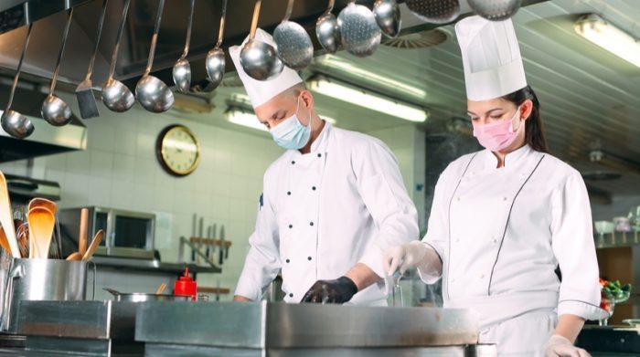 Das Ifo-Institut ermittelte im April, dass zu diesem Zeitpunkt 99 % der gastronomischen Betriebe in Deutschland Kurzarbeit anmelden mussten. © Shutterstock, David Tadevosian