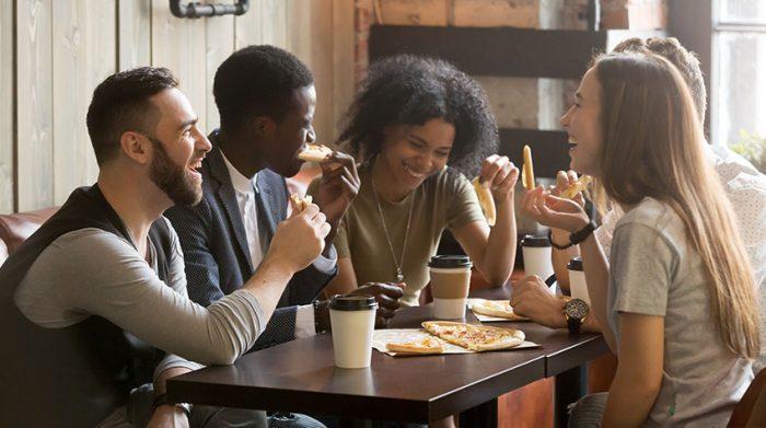 Gemeinsam mit Freunden zu lachen und Spaß zu haben. ist ein schöner Ausgleich zum stressigen Alltag. © Shutterstock, fizkes